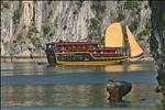 Cruising in Hạ Long Bay (hoangkhainhan.com)
