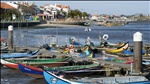 bâteaux de pêche colorés, à quelques kilomètres de porto, portugal